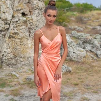 Сатенена рокля Prive в прасковен цвят