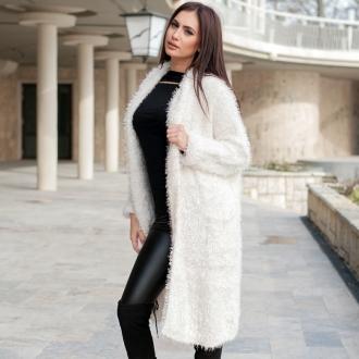 Дълга жилетка в бяло от топла и пухкава материя
