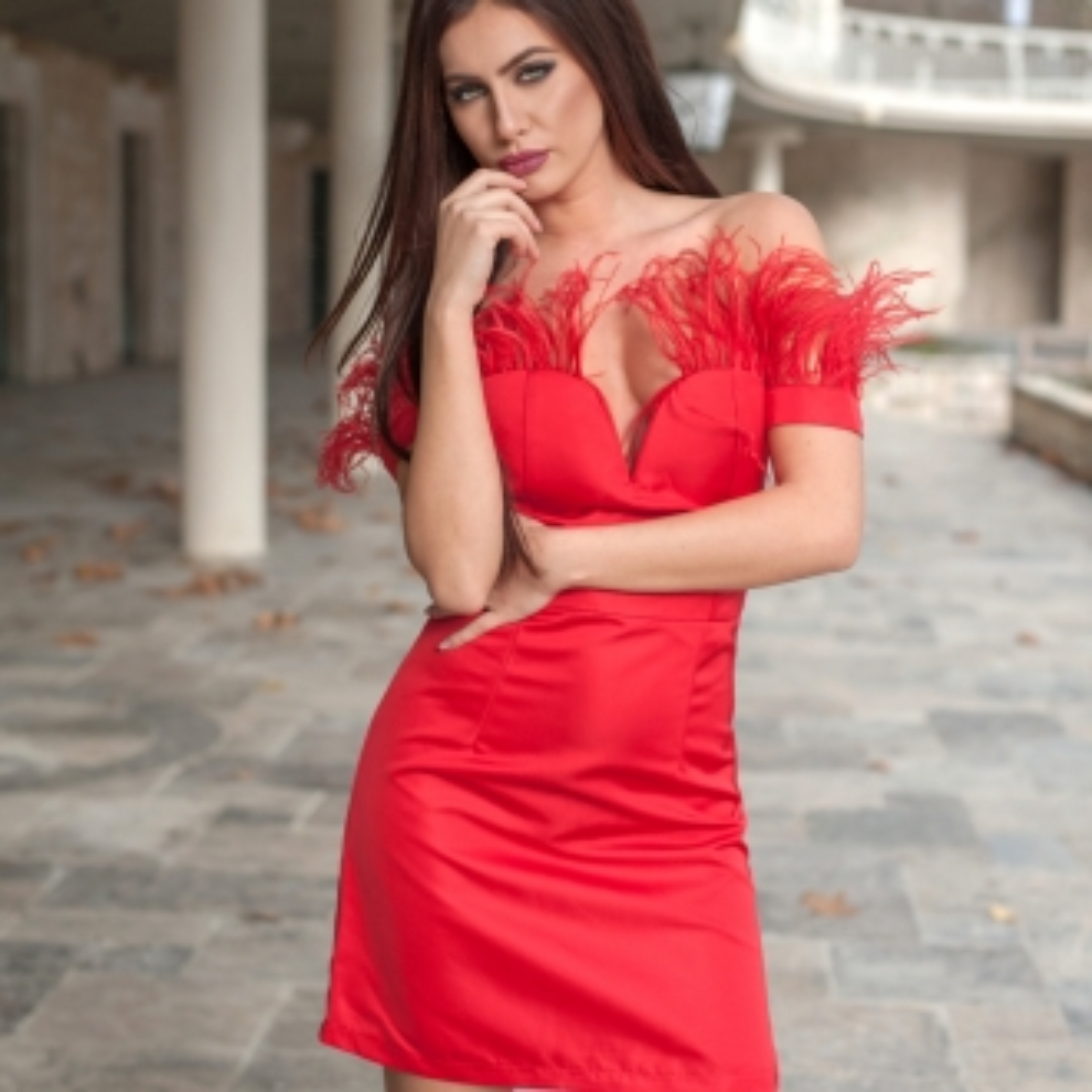Вечерна рокля в червено с ефирни пера