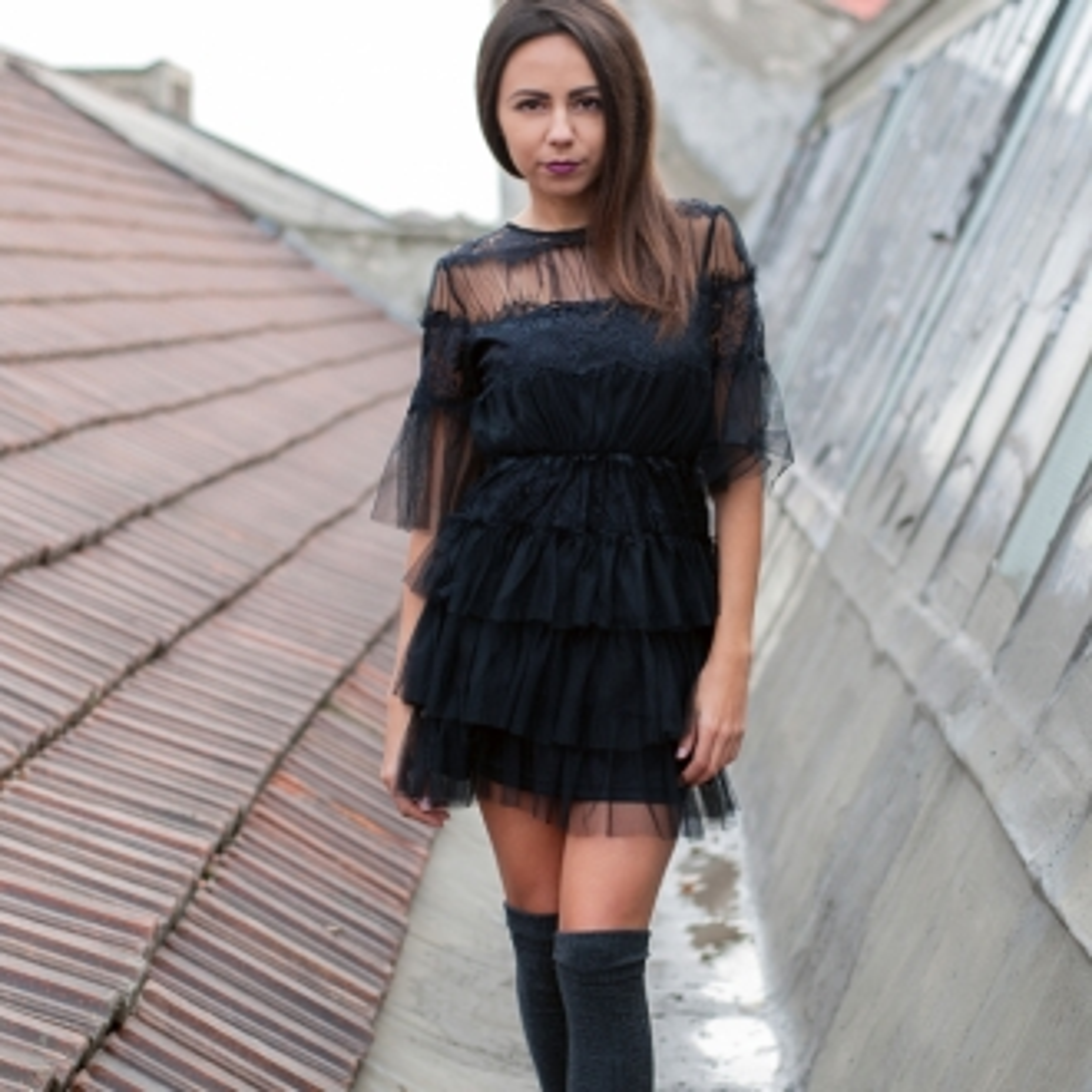 Къса рокля от черен тюл