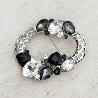 Брошка с бели и черни кристали