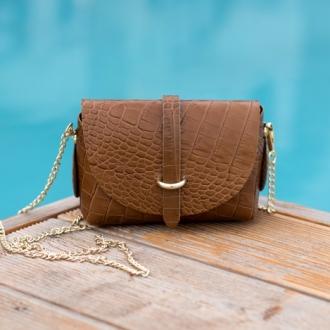 Малка чанта с крокодилска текстура в кафяво