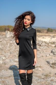 Малка черна рокля с яка с брошки