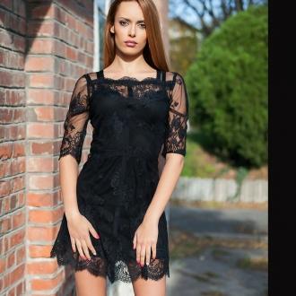 Малка черна рокля от нежна дантела