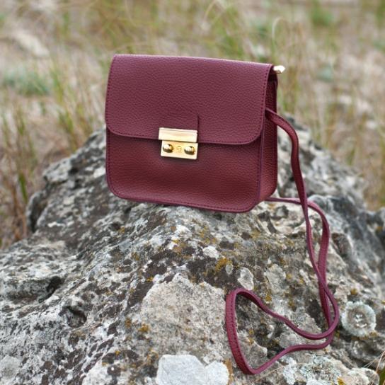 Малка дамска чанта в бордо