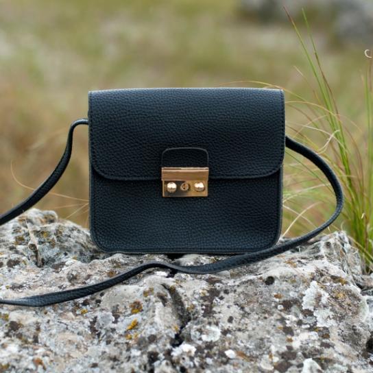 Малка дамска чанта в черно