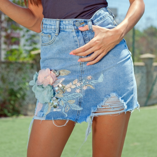 Дънкова пола с 3D цветя и кръпки