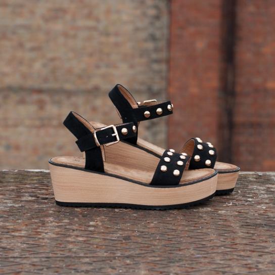 Черни велурени сандали с капси