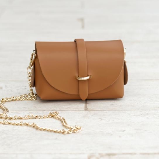 Малка чанта от естествена кожа в кафяво