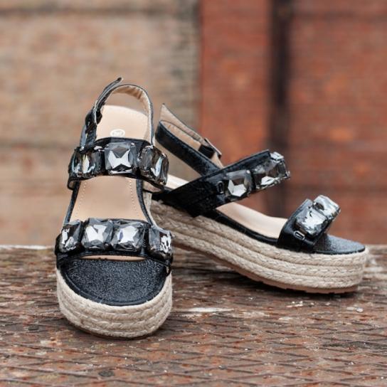 Черни сандали на висока подметка с камъни