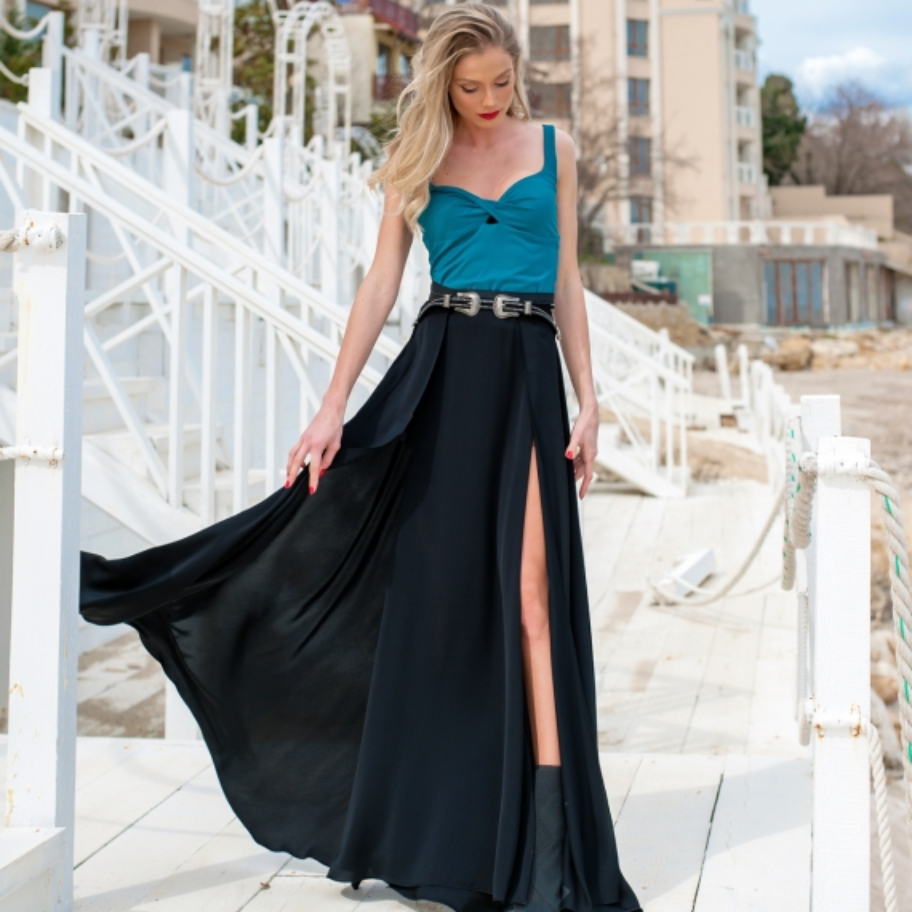 Ефирна пола с висока талия в черно