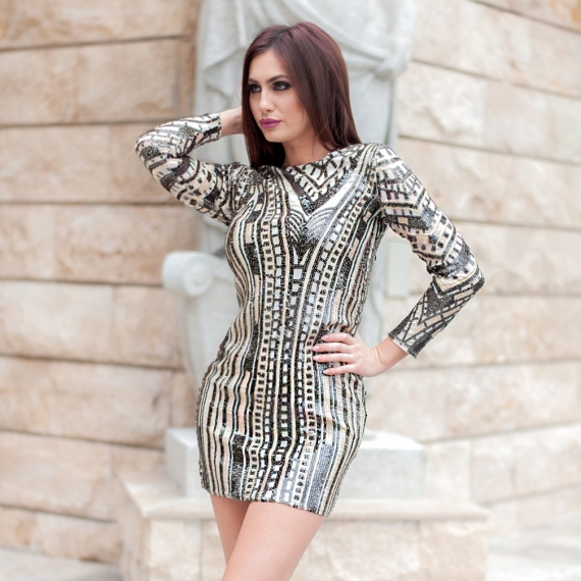 Бутикова рокля в бежово с пайети и бродерия