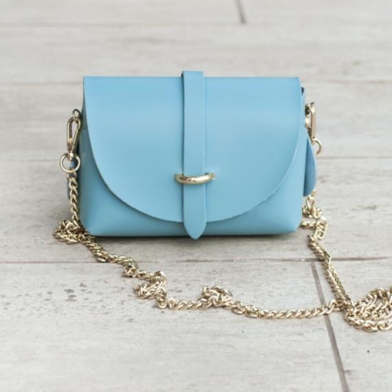 Малка чанта от естествена кожа в бебешко синьо