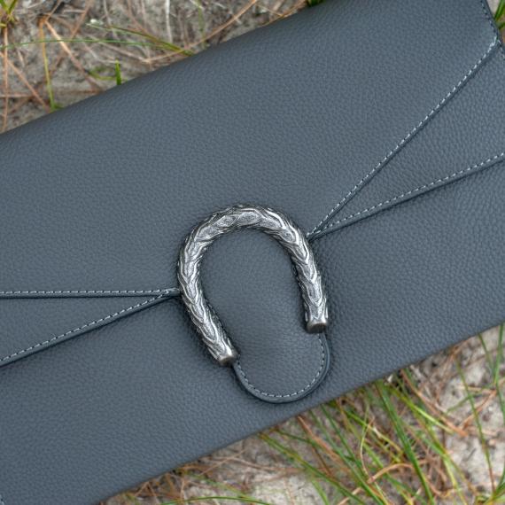 Клъч с метална катарама в сиво