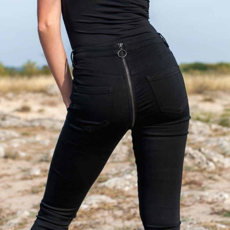 Ластични дънки в черно с цип