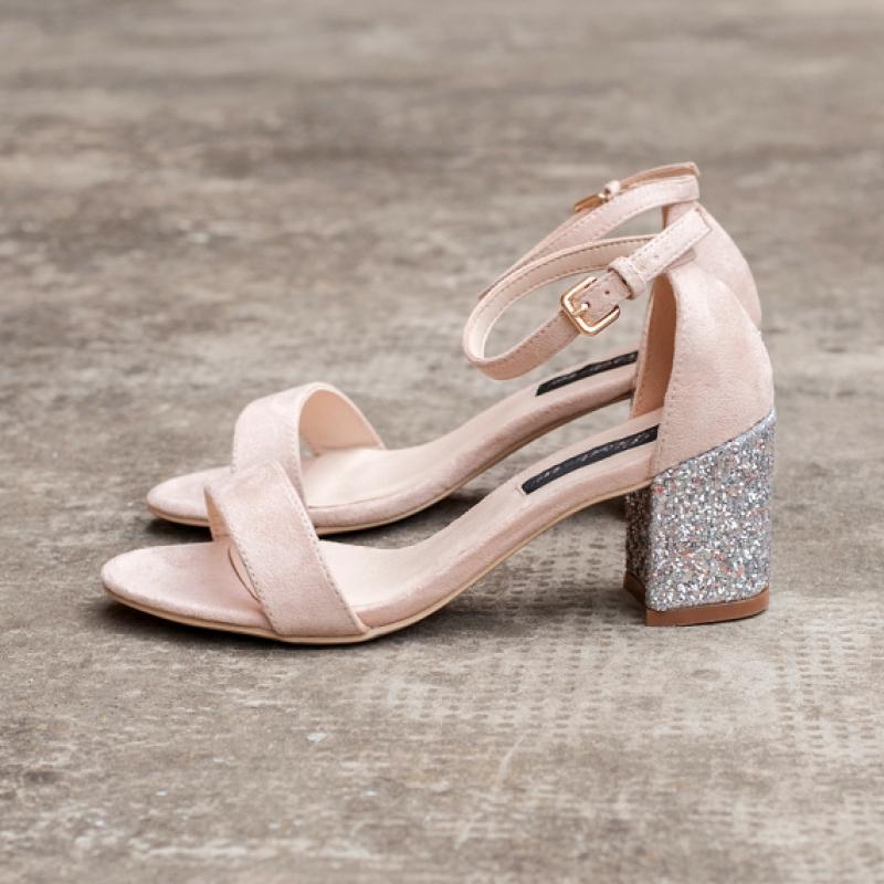 Велурени сандали в цвят пудра с брокатен ток