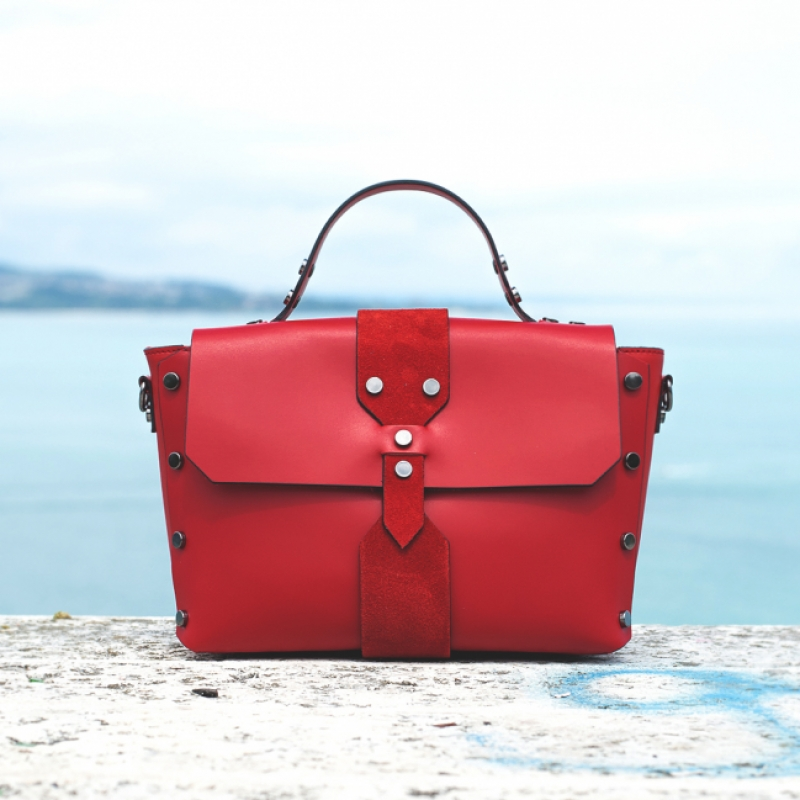 Дамска чанта от естествена кожа с капси