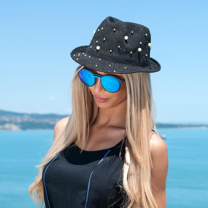 Черна шапка с перли
